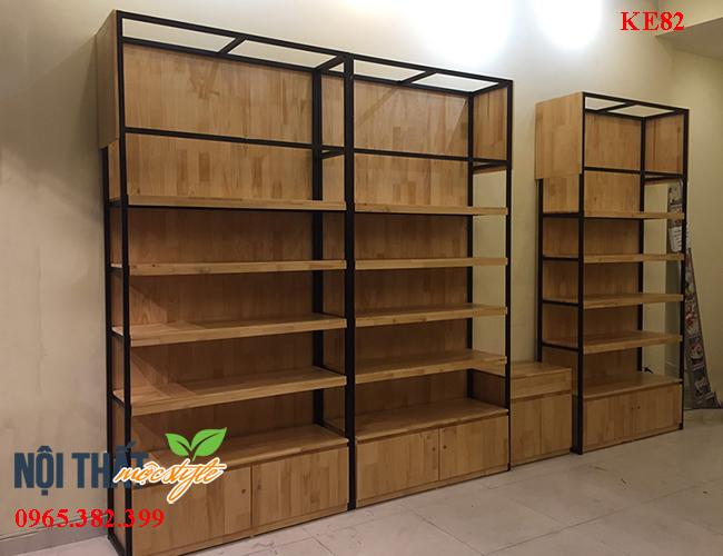 Kệ trang trí KE82 tích hợp những yếu tố của 1 mẫu kệ trưng bày sản phẩm và tủ để đồ tiện lợi