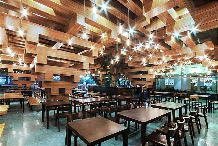 Kiến trúc nhà hàng độc đáo với trần gỗ gắn liền cột gỗ